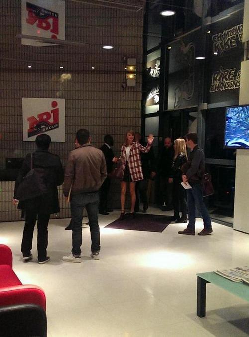 06 Octobre : arrivant aux studios NRJ à Paris, puis pendant l'interview, et enfin quittant les studios