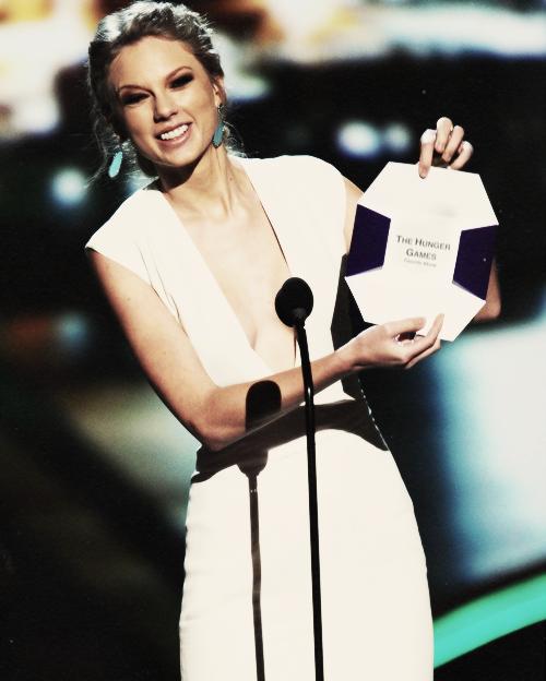 """Le 9 Janvier au soir Taylor s'est rendue aux  People Choice Awards !! Elle a reçu l'award """"Favorite Country Artist"""" ! C'est un top ! Taylor a tout bon encore une fois =)"""