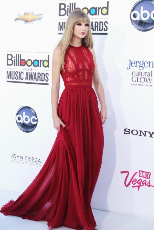 FLASHBACK - Le 20 Mai 2012 Taylor était aux BillBoard Music Awards à Las Vegas. Elle a remporté l'award de Femme de l'année !  Elle est superbe dans cette jolie robe rouge.