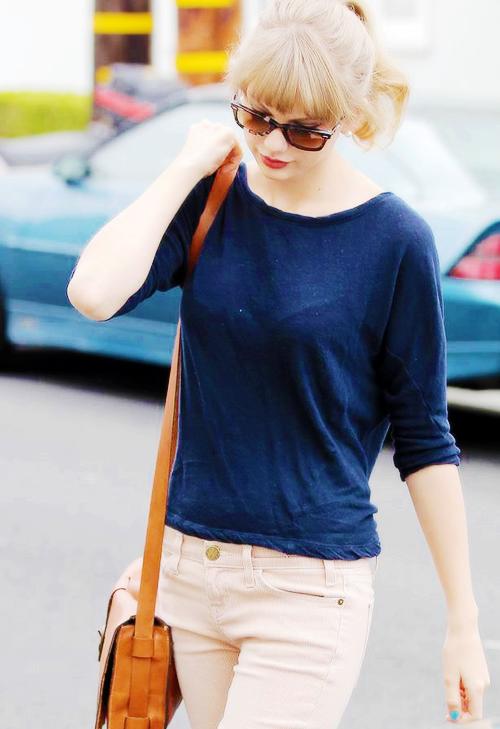 FLASHBACK - Le 29 Avril 2012 Taylor a été vue quittant le Huckleberry Bakery & Cafe, à Beverly Hills dans une jolie robe d'été.