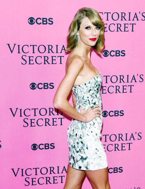 02 Décembre : tout comme en 2013, Taylor a été invitée à chanter 2 de ses chansons au défilé Victoria's Secret Fashion Show, à Londres.