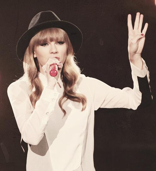 Taylor a chanté State of Grace pour la première fois en live au X-Factor USA