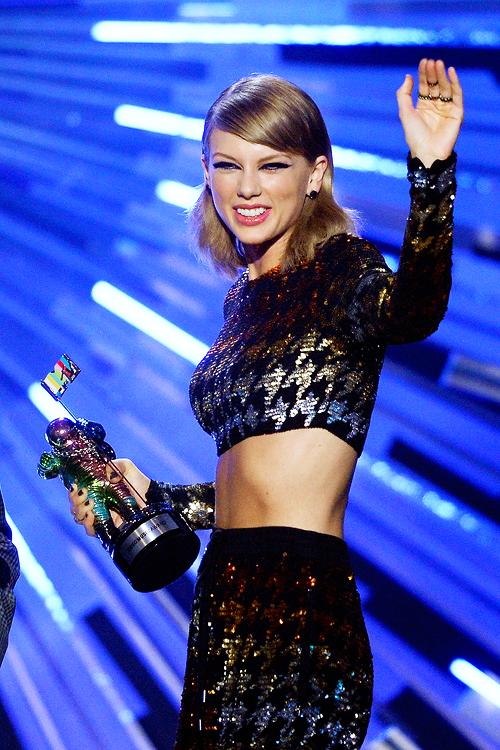 """30 Août 2015 : les MTV Video Music Awards, à Los Angeles ! Taylor a remporté 4 awards, dont celui de Vidéo de l'Année pour """"Bad Blood"""". Elle a d'ailleurs chanté cette chanson sur scène. Que pensez-vous de sa tenue ?"""