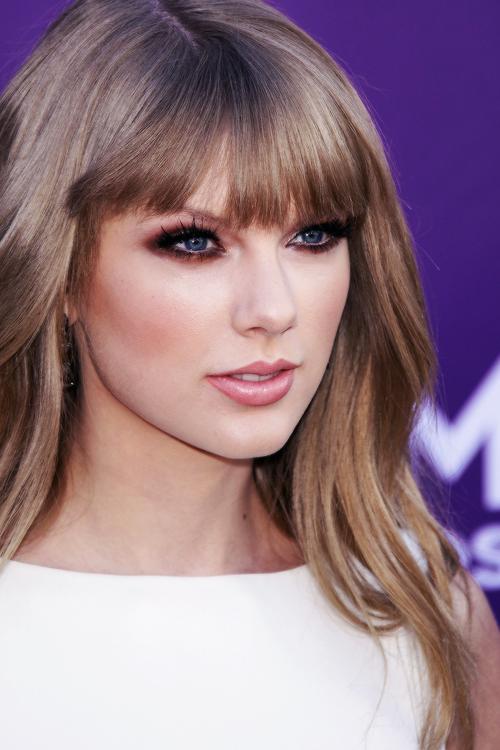 FLASHBACK - Le 1er Avril 2012 Taylor était aux Country Music Awards à Las Vegas ! Elle a remporté le prix d'Entertainer of the Year pour la seconde fois.Elle est trop jolie *.* Que pensez-vous de sa tenue ?