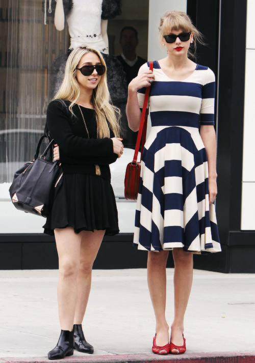 FLASHBACK - Taylor et son amie Ashley dans les rues de Beverly Hills, le 23 Avril 2012.
