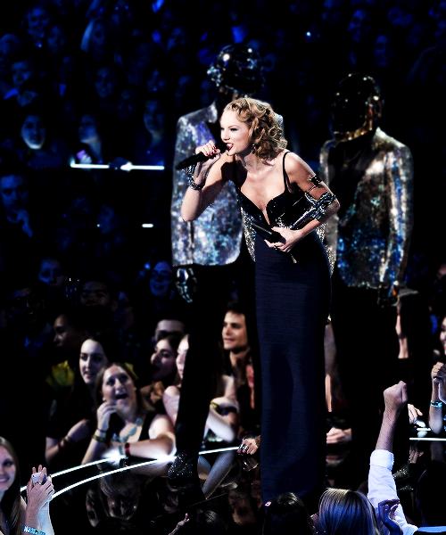 Le 25 Août Taylor a assisté aux MTV Video Music Awards et elle a remporté l'award de la vidéo de l'année avec son clip I Knew You Were Trouble ! Taylor était tout simplement sublime, dans une jolie robe et une coiffure du style glamour, qui lui va à merveille :) Gros Top !