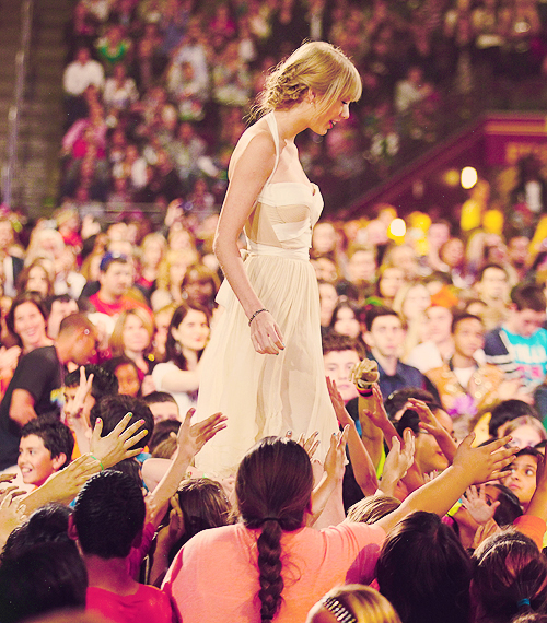 FLASHBACK - Le 31 Mars Taylor était aux Kids Choice Awards 2012 !! La cérémonie a eu lieu à Los Angeles, Taylor a gagné le Big Help Award, remis par Michelle Obama.Top !