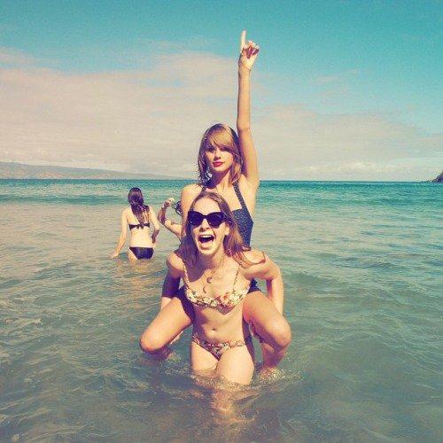 Instagram Time - Taylor et des amies à Hawaï ! Ouah, si vous saviez comme je les envie !