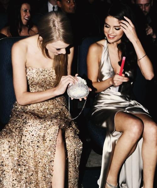 FLASHBACK - Le 20 Novembre Taylor était aux American Music Awards 2011 !!Taylor était sublime, vêtue d'une magnifique robe à sequins dorée, une coiffure plutôt simple mais tellement réussie, et la touche de couleur, des boucles d'oreilles émeraude. J'adore !!