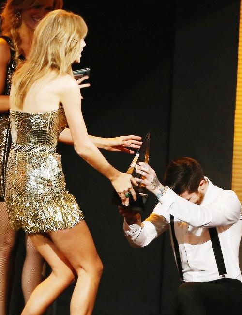 24 Novembre : American Music Awards 2013 ! Taylor était présente à la cérémonie à Los Angeles. Sur 5 Awards, elle en a remporté 4, dont celui d'Artiste de l'année ! Elle a également présenté l'award de l'Artiste Pop/Rock Favori qui est revenu à Justin Timberlake. Qu'en pensez-vous ? :)