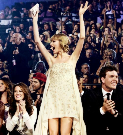 Le 5 Juin Taylor s'est rendue avec son frère aux CMT Music Awards 2013 à Nashville ! Elle portait une jolie robe signée Elie Saab. Top ! Son maquillage reste discret et beau, j'aime bien sa coiffure et ses chaussures. Taylor n'a rien remporté mais elle a tout de même semblé avoir passé une bonne soirée :)
