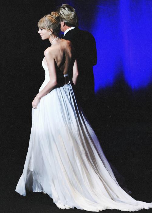 Le 12 Juin Taylor était à New York aux Fragrance Foundation Awards et elle a reçu l'award du Parfum de l'Année pour son parfum appelé Taylor by Taylor Swift. C'est bien sûr un Top ! J'aime beaucoup sa robe :)