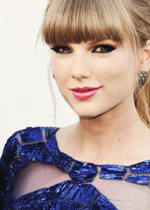 Le 19 Mai Taylor s'est rendue aux Billboard Music Awards !! Elle était habillée d'une magnifique mini-robe beue (qui me fait penser à celle-là) et de hauts talons vertigineux. Son maquillage et ses bijoux sont parfaits ! Gros Top pour ma part  :)