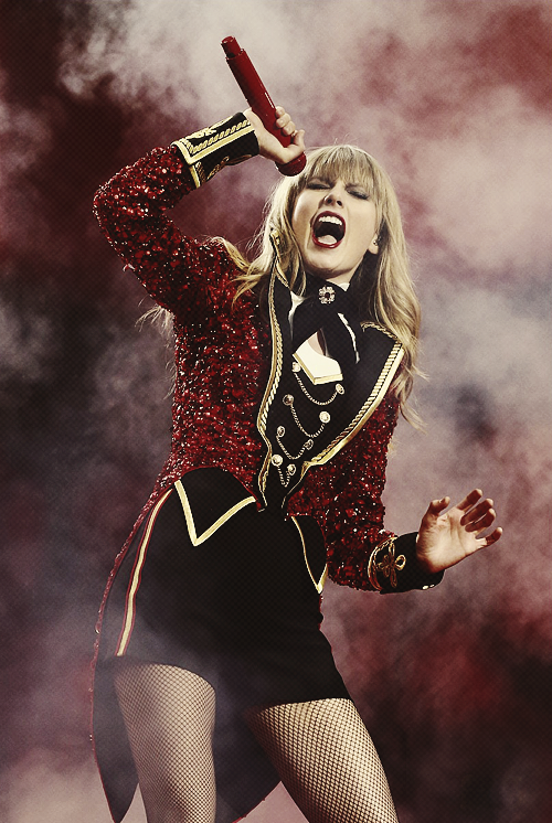 Le 11 Novembre avaient lieu les MTV Europe Music Awards 2012 à Francfort en Allemagne. Taylor était nominée pour 5 prix, elle en a remporté 3 : Best Live, Best Female, Best Look. Top ! Elle est superbe  :D