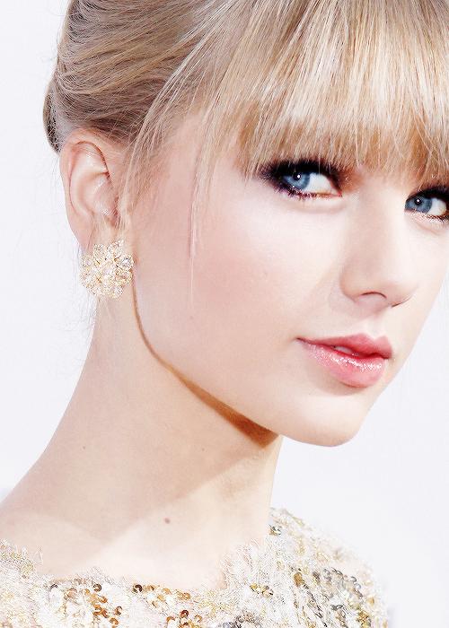 Les American Music Awards 2012 avaient lieu le 18 Novembre !! Taylor était magnifique ! J'adore sa robe, ses chaussures, son maquillage, sa coiffure, bref gros top  :D Elle y a chanté I Knew You Were Trouble pour la première fois, et a remporté le prix Favorite Country Female !
