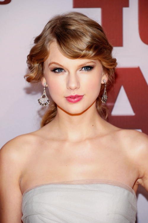 FLASHBACK - Le 09 Novembre 2011 Taylor s'est rendue aux CMA Awards où elle a chanté Ours et a reçu un prix.