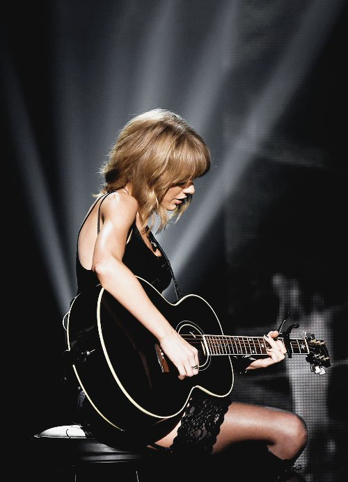 """29 Mars, Los Angeles : IHeart Radio Music Awards. Taylor a remporté les 3 prix pour lesquels elle était nominée : Meilleures Paroles (Blank Space), Meilleure Chanson (Shake it Off), et Artiste de l'Année !Elle a accompagné Madonna à la guitare sur sa chanson """"Ghost Town""""."""