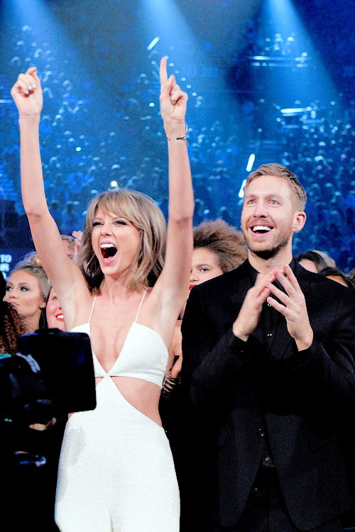 17 Mai 2015 : Taylor s'est rendue aux Billboard Music Awards dans une belle  combinaison blanche, accompagnée entre autres de son frère, de Calvin Harris, Hailee Steinfeld et Zendaya. Elle a remporté 8 awards sur 14 !