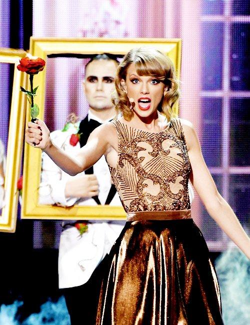 23 Novembre 2014 : les American Music Awards ! La cérémonie se déroulait à Los Angeles et Taylor y était présente. Elle a ouvert le show avec Blank Space et a reçu l'award d'Excellence ! Top !