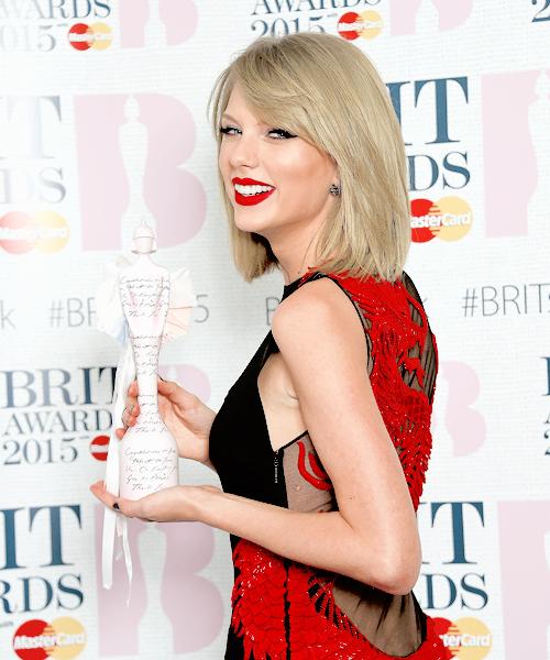 24 Février : Taylor s'est rendue aux ELLE Style Awards à Londres. Elle y a reçu le prix de Femme de l'Année.