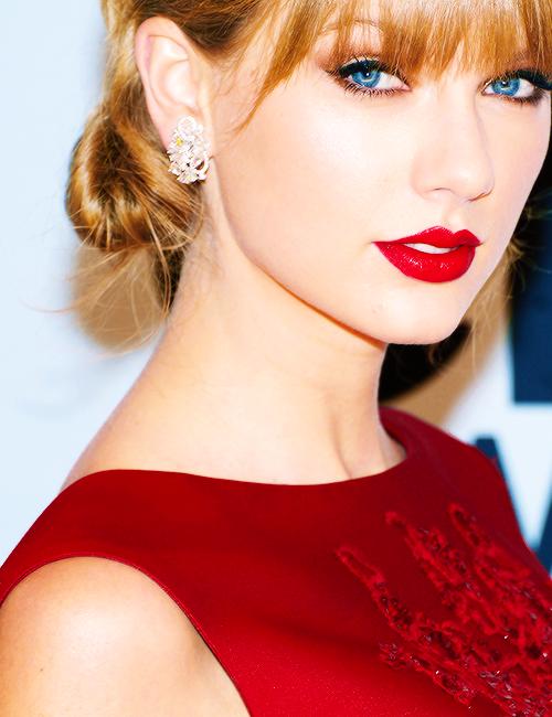 Le 6 Novembre Taylor a assisté aux 47th Annual CMA Awards à Nashville au Tennessee. Elle a remporté 2 prix sur 6. Top !