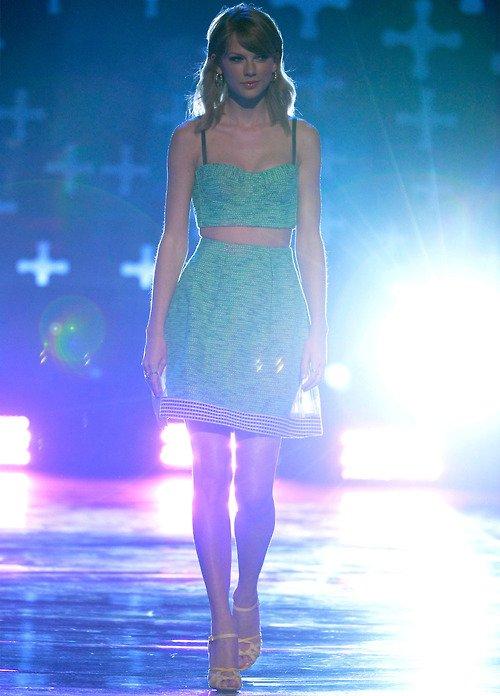 Taylor était présente aux Teen Choice Awards ! Elle s'y est rendue vêtue d'un superbe ensemble vert, jupe + crop top, à Los Angeles, le 10 Août. Elle a reçu le prix de la meilleure artiste country. Que penses-tu de sa tenue ?
