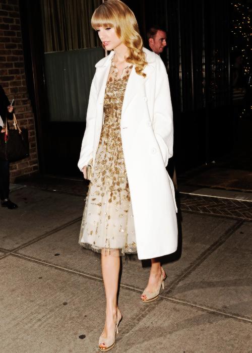 03 Décembre : Taylor était présente aux Ripple of Hope Award à New York. Elle a reçu un award, (qui récompense les gens pour leur bonne contribution dans la société).