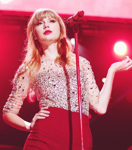 """07 Décembre : Tay était au Z100 Jingle Ball 2012 ! Elle a chanté plusieurs chansons dont """"Everything Has Changed"""" avec Ed Sheeran."""
