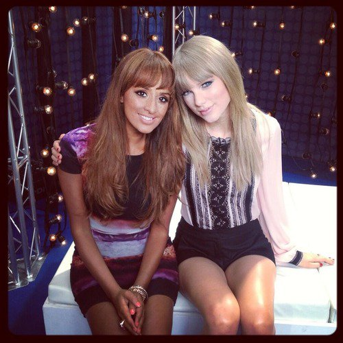 Sneak Peek de la publicité de son parfum Taylor by Taylor Swift, filmé avec des amies, avec sa chanson Starlight en fond sonore. La publicité entière devrait arriver bientôt !