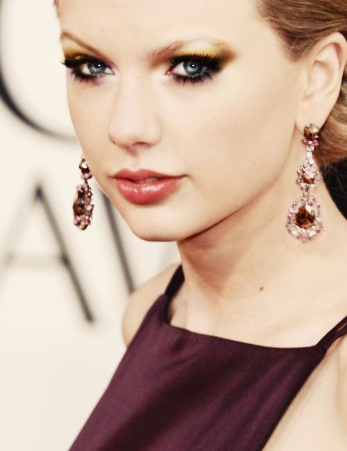 """13 Janvier : les Golden Globe 2013 ! Taylor était nominée pour la B.O """"Safe and sound"""" mais elle n'a pas remporté le prix face à Adèle. En ce qui concerne sa tenue, j'aime pas trop....voire pas du tout ! Je suis pas trop fan de sa coiffure non plus. Bof."""