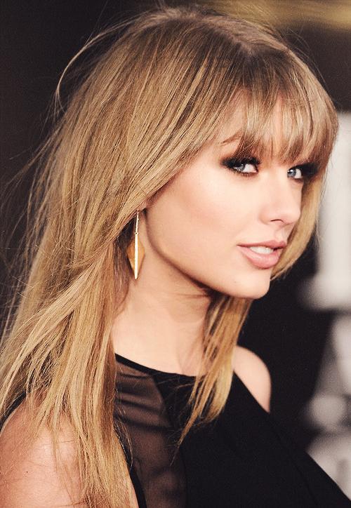 20 Février 2013 à Londres : les BRIT Awards ! Taylor s'est rendue à la cérémonie pour performer son tube I Knew You Were Trouble, mais elle n'a rien remporté. Elle a un peu changé du style de ses dernières robes en arborant une sublime robe noire. Ses cheveux sont simplement détachés, son maquillage et ses bijoux sont plutôt simples, j'adore. Gros top !