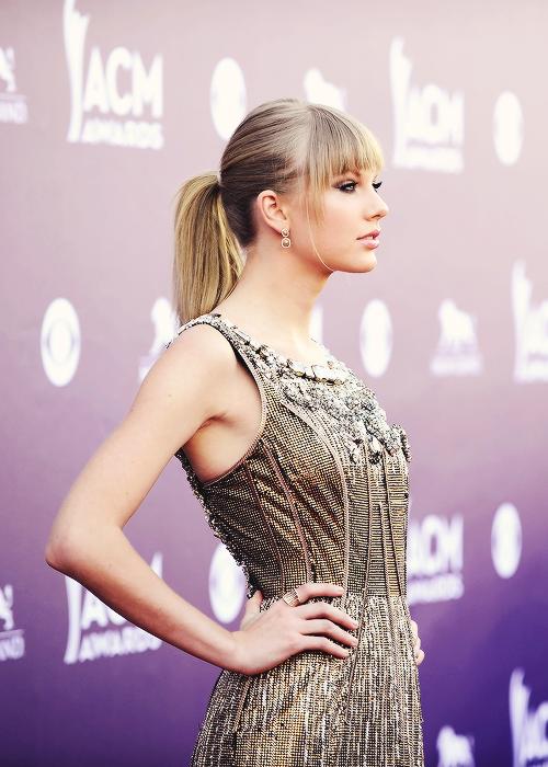 Le 7 Avril avaient lieu les Country Music Awards ! Taylor a chanté Highway don't care avec deux autres chanteurs country mais n'a rien remporté. Que pensez-vous de sa tenue ? Taylor est magnifque !
