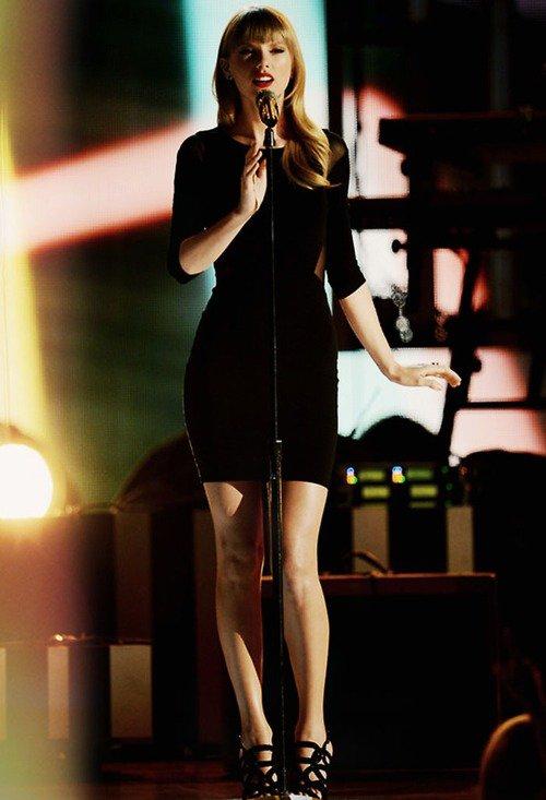 Le 08 Avril Taylor s'est joint au concert de Tim McGraw à Las Vegas pour chanter leur duo Highway don't care. Taylor a opté pour une jolie robe noire moulante et des escarpins de la même couleur.