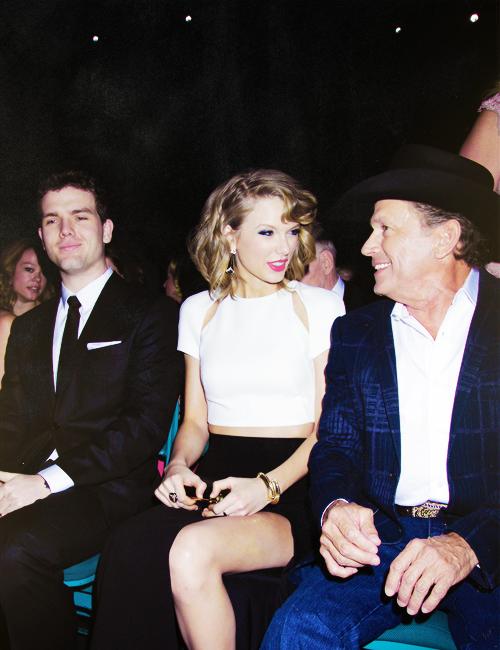 Le 06 Avril 2014 à Las Vegas : Taylor était présente aux Academy Country Music Awards. Elle n'a rien remporté, mais a présenté le Duo de l'année qui est revenu à Florida Georgia Line. Taylor était élégante dans une jolie tenue de J. Mendel. J'aime tout ! Elle est splendide =)