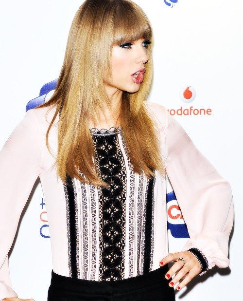 9 Juin : Taylor est allée au Summertime Ball à Londres. Elle a posé devant les photographes dans une tenue magnifique -gros top, j'adore son haut !  Tout est parfait, ses cheveux, son maquillage- et elle est ensuite montée sur scène pour interpréter plusieurs de ses chansons dont Everything Has Changed, avec Ed Sheeran.