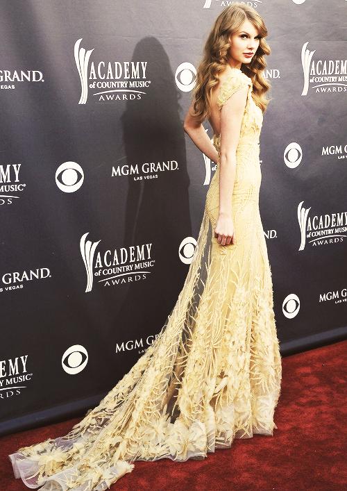"""FLASHBACK - Le 03 Avril 2011 Taylor était aux Country Music Awards à Las Vegas.  Elle a gagné l'award """"d'Artiste de l'année"""" ! Gros top  :)"""