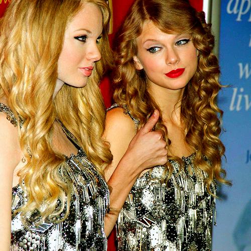 FLASHBACK - Le 27 Octobre 2010 Taylor était au musée de cire Madame Tussauds à New York pour inaugurer sa propre statue de cire. Ressemblance ?