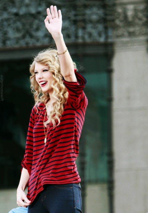 FLASHBACK - Le 29 Octobre 2010 le Hollywood Boulevard à Los Angeles était spécialement fermé pour un mini concert surprise organisé sur un bus de sa tournée. Taylor y a chanté Long Live et Mine.