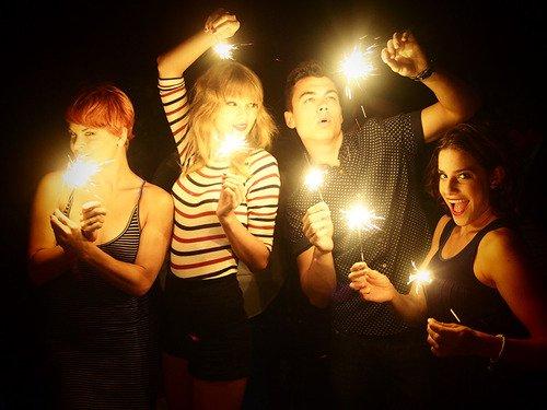 Taylor et des amis fêtant le  4 Juillet, chez elle à Rhode Island