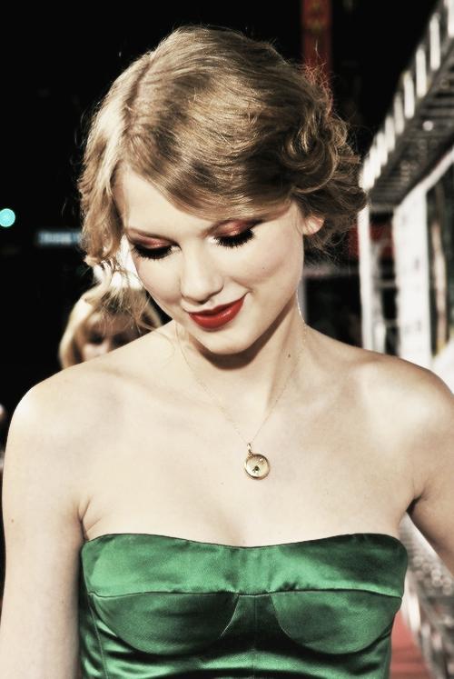 FLASHBACK - Le 13 Septembre 2010 Taylor assistait à la première du film Easy A, où joue son amie Emma Stone, à Los Angeles.La belle portait une mini robe verte un peu vintage et de très hauts talons !Au début, en 2010, je n'aimais pas trop sa robe, mais finalement elle n'est pas si mal je trouve ! C'est donc un top pour la robe et pour tout le reste !