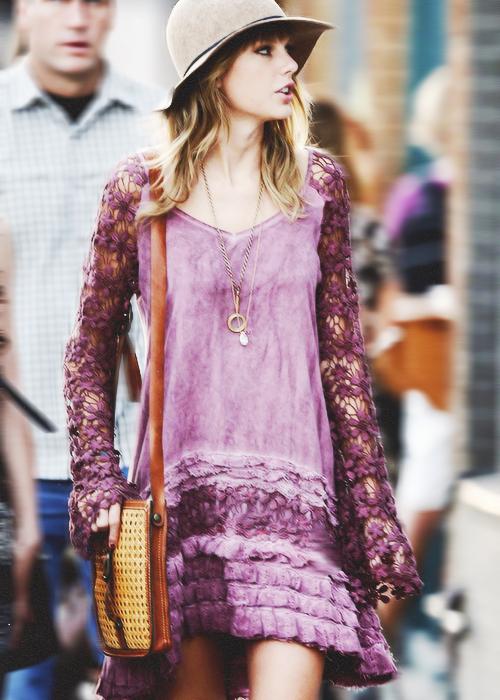 Le 5 Septembre Taylor était de sortie dans les rues de West Hollywood avec une amie. En ce qui concerne sa tenue, j'aime beaucoup ! Sa robe bohème est super jolie je trouve, et elle lui va à ravir :) De plus, tout est assorti !