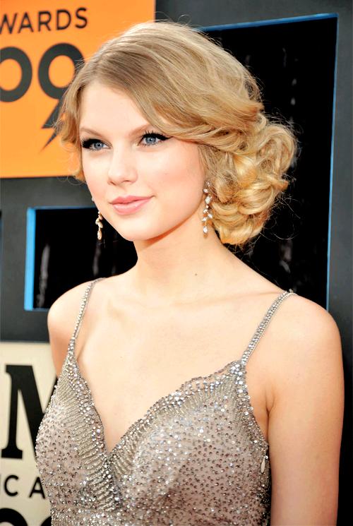 """FLASHBACK - Le 16 Juin 2009, à 19 ans, Taylor était à la cérémonie des CMT Music Awards à Nashville, berceau de la musique country. Ce soir-là, Taylor a remporté le prix de Vidéo de l'Année avec son hit """"Love Story""""."""