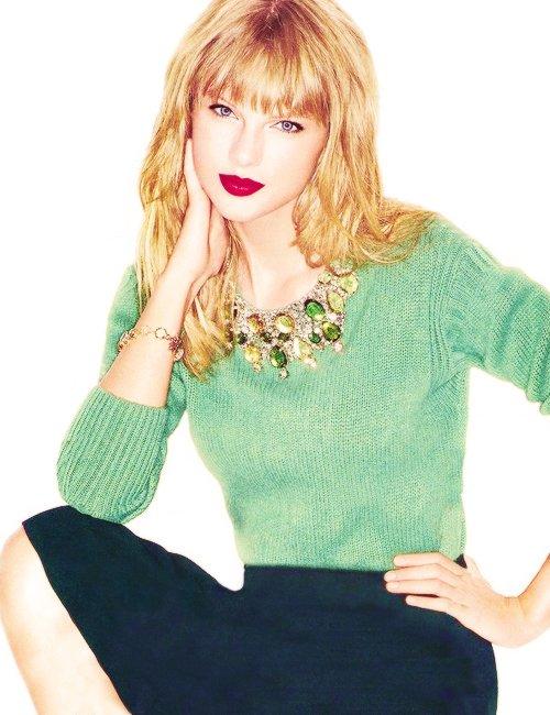 Taylor à l'inauguration du Taylor Swift Education Center à Nashville, Tennessee le  12 Octobre. Elle a offert sa guitare, qui l'a suivie de nombreuses années.