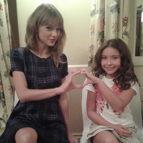 Taylor est actuellement à Cape Town en Afrique du Sud afin de participer au tournage du film The Giver. Photos prises avec ses co-stars :