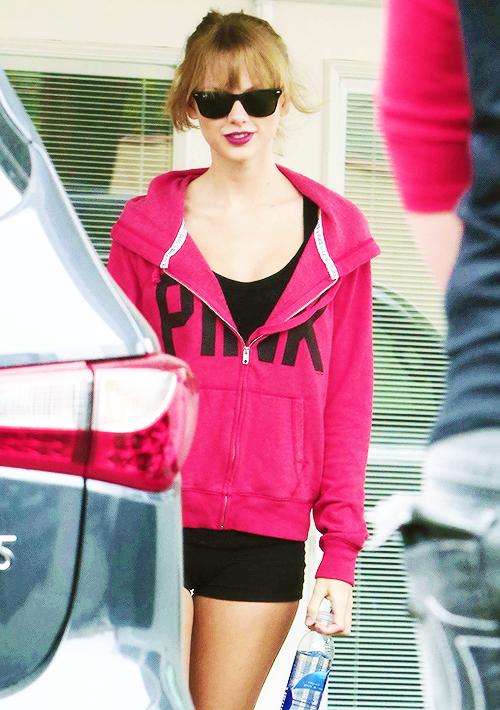 En Septembre dernier on a pu voir Taylor dans une jolie mini robe, sachez qu'elle est disponible à H&M pour 9,95 euros !