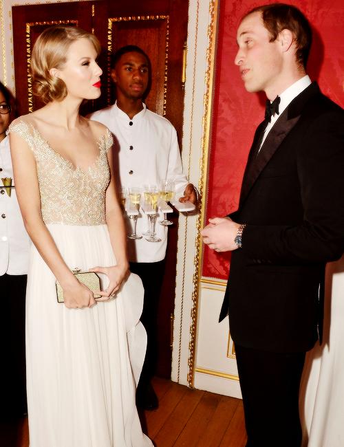 26 Novembre : Taylor s'est rendue au Winter Whites Gala, à Londres.Taylor est superbe dans cette robe ! J'adore !