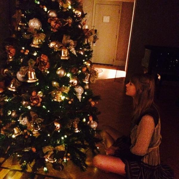 """Instagram : """"Il y a un sapin de Noël dans ma chambre d'hôtel et j'en suis très contente."""""""