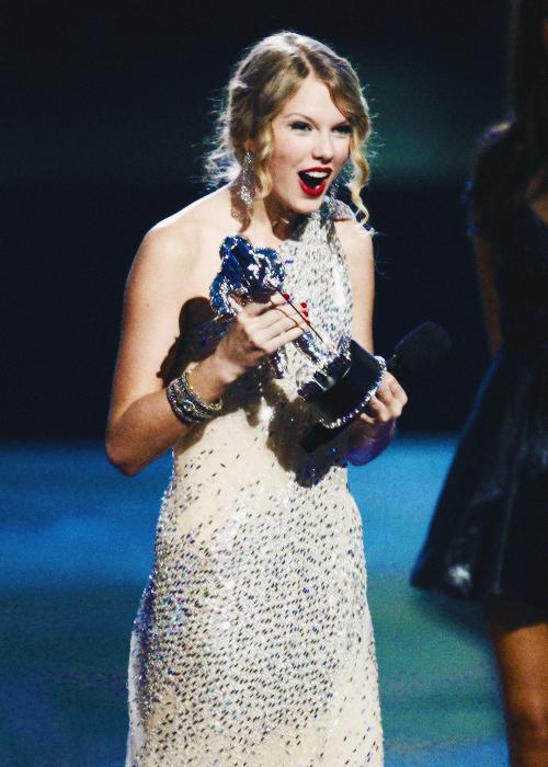 FLASHBACK - Le 13 Septembre 2009 Taylor était présente aux MTV Video Music Awards. Cette soirée fut à l'origine d'un évènement marquant dans sa carrière et dans sa vie privée puisque, alors qu'elle faisait son discours d'acceptation pour avoir gagné le prix du meilleur clip pour You Belong With Me, Kanye West monte sur scène pour l'interrompre. Après lui avoir pris le micro des mains, il dit que Beyoncé aurait du gagner ce prix pour son clip de Single Ladies. Cet incident a fait couler beaucoup d'encre, beaucoup d'artistes l'ont soutenue, et Taylor a par la suite écrit la chanson Innocent, pour dire qu'elle lui pardonne.