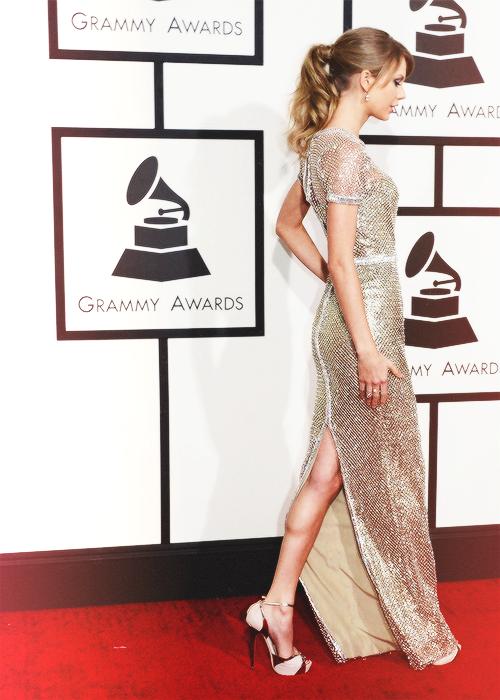 26 Janvier : les Grammy Awards ! Taylor s'est rendue à la cérémonie, sublime,  mais elle n'a rien remporté cette année. Que pensez-vous de ses tenues ?