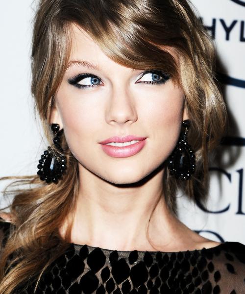 21 Janvier : Taylor a été photographiée sortant d'un magasin, à Los Angeles